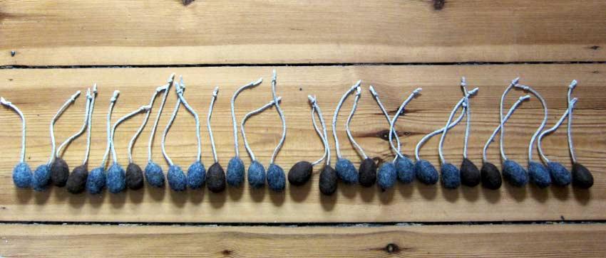 30 kätts Filzmäuse in einer Reihe, zur Veranschaulichung des täglichen Jagdpensums einer frei lebenden Mäusejägerin